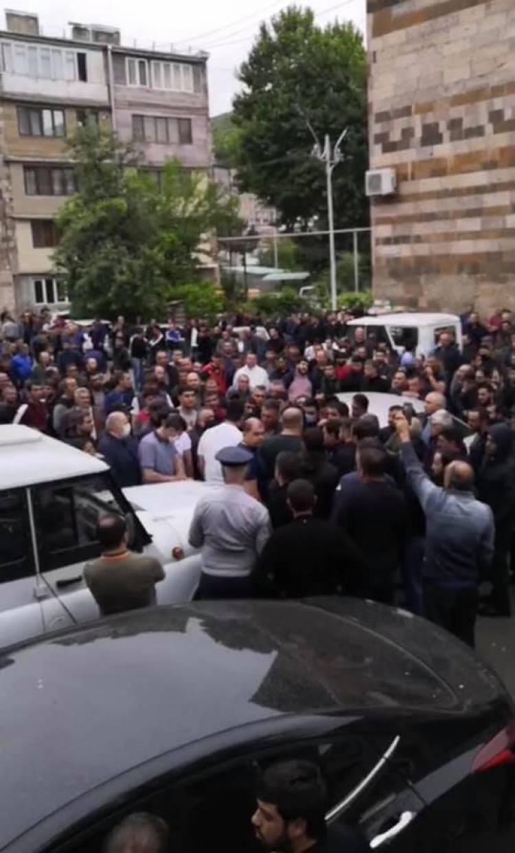 Կապանում հարյուրավոր քաղաքացիներ շրջափակել են ոստիկանության շենքը
